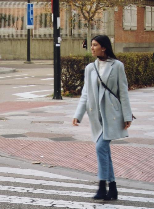 Abrigo azul y jeans